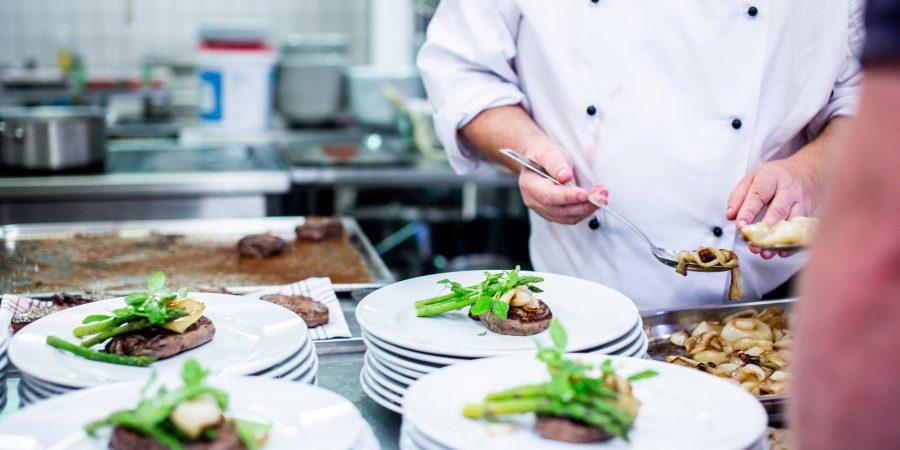 Equiper son restaurant avec une table inox